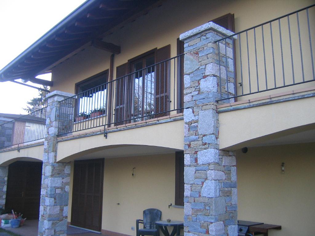 Realizzazioni edili rivestimenti in pietre e sassi zona for Colonne in pietra per cancelli